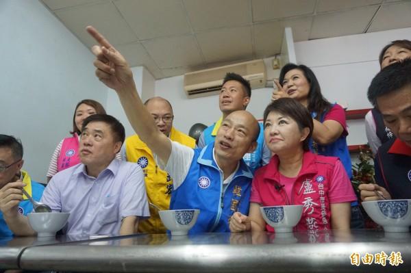 盧秀燕(右二)競選總部本週日成立,當天晚上還舉行六都合體的晚會,韓國瑜(左二)將首次到台中市與盧秀燕合體。(記者蘇金鳳攝)
