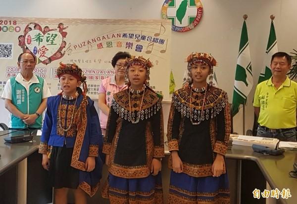 希望兒童合唱團將在台中國家歌劇院表演,12日來到台中市議會獻唱催票。(記者黃鐘山攝)