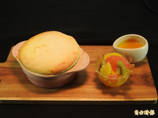 埔里鎮金都餐廳招牌隱藏版甜點百香果舒芙蕾,剛出爐膨鬆有型,散發濃濃奶香。(記者佟振國攝)