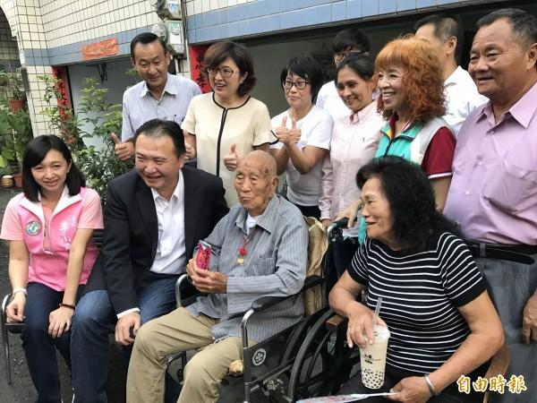 王寶華(前右2)樂觀開朗,為全國最高齡男性。(記者洪臣宏攝)
