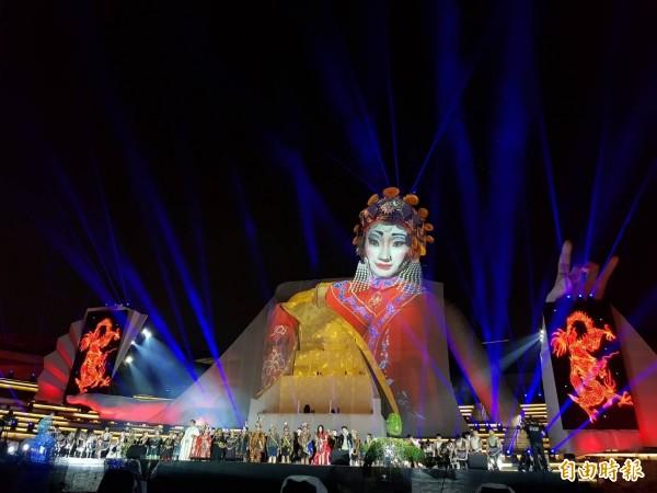 衛武營《眾人的派對》上演變化萬千的光影秀,與百名表演藝術團隊一同歡慶衛武營開幕。(記者陳文嬋攝)