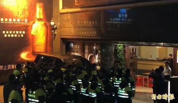 台北市警方今天起全面臨檢特種營業場所。(記者劉慶侯攝)