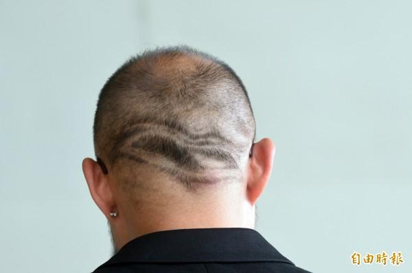 藝術總監簡文彬將衛武營Logo融入髮型。(記者張忠義攝)