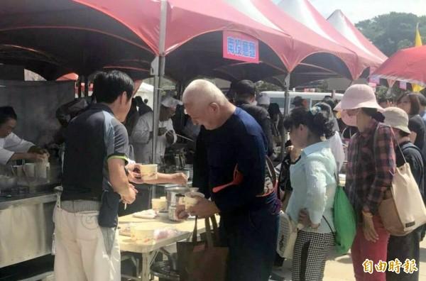 南投意麵品嚐活動,民眾排隊等候領取意麵。(記者謝介裕攝)