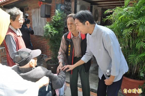 基金會創辦人林光清(右)逐一向長輩問候。(記者彭健禮攝)