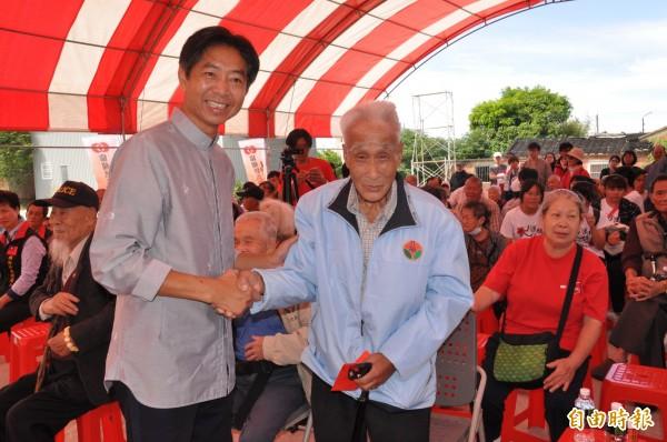 林光清致贈參與的83名長輩每人1000元紅包,祝福長輩們都能身體健康、長命百歲。(記者彭健禮攝)