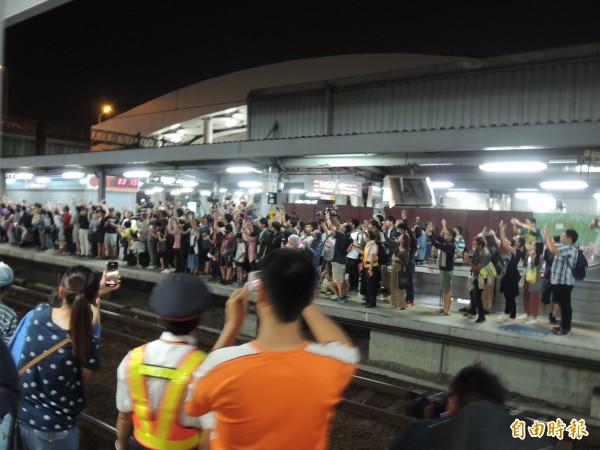 大批鐵道迷湧入高雄臨時站月台(記者王榮祥攝)
