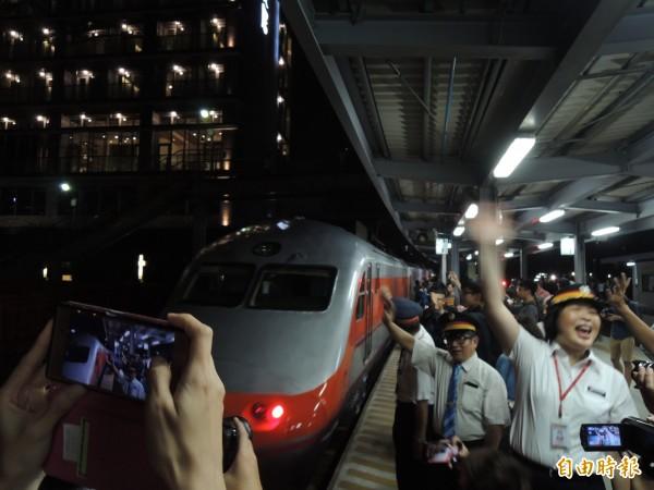 最後一班車離開高雄臨時站當下,站長上官慧珠邀請乘客明天來看新站(記者王榮祥攝)
