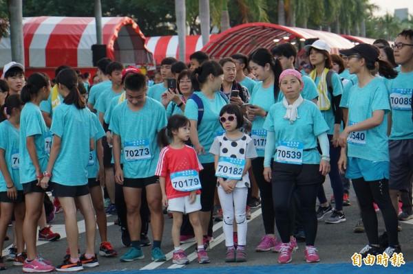 不少民眾帶著小朋友一起參加路跑。(記者詹士弘攝)