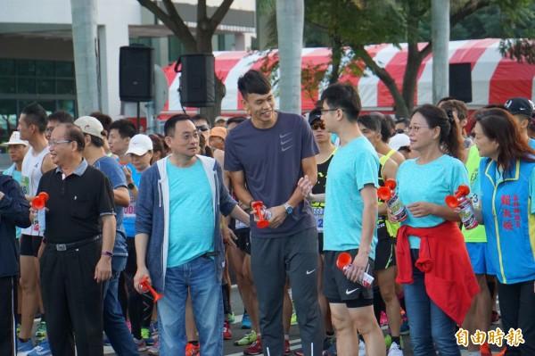 亞運跨欄銀牌選手陳奎儒等人主持鳴槍開跑。(記者詹士弘攝)