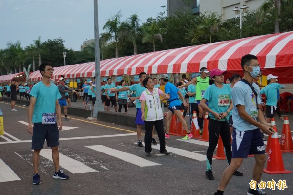 起跑前民眾一起做熱身運動。(記者詹士弘攝)