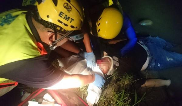一名蔡姓男子,今天凌晨突然從國1跳下大肚溪,消防人員獲報在岸邊淺灘發現頭部受傷流血的蔡男,趕緊包紮止血。(記者陳建志翻攝)