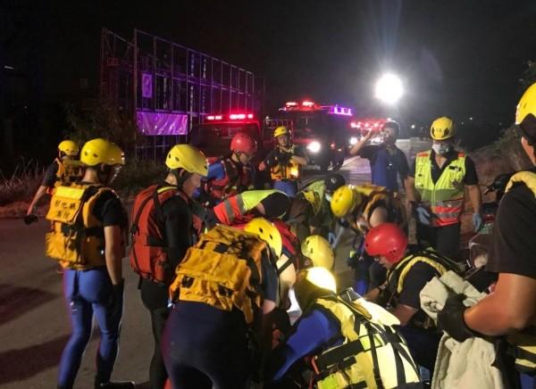 一名蔡姓男子,今天凌晨突然從國1跳下大肚溪,台中、彰化消防人員出動20多人到場救援。(記者陳建志翻攝)