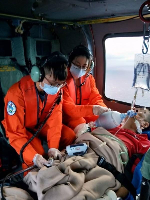 機組人員細心觀察病患狀況。(記者陳賢義翻攝)