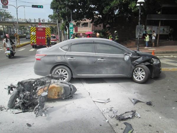 男大生的機車起火燃燒,波及汽車。(記者張軒哲翻攝)