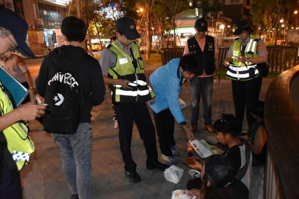 警方昨晚到東協廣場發送「防酒駕」四國語言傳單給外籍移工。(記者許國楨翻攝)