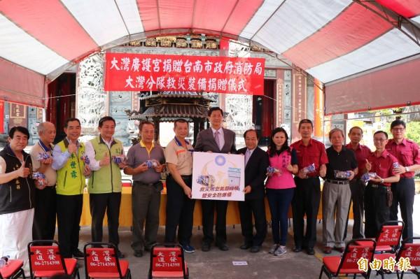 台南永康大灣廣護宮今捐贈一批救災器材,配置在第五大隊大灣分隊,保障打火弟兄的救災環境。(記者萬于甄攝)