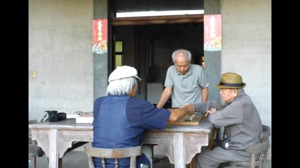 范光遠(右)回關西老家後,會和兄弟聚在家中下棋。(記者廖雪茹翻攝)