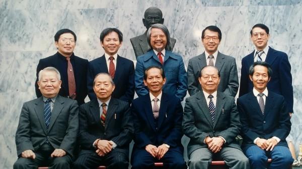 新竹縣關西鎮范家有「十子登科」的傳奇,其中4子范光遠(前排左一)曾任日本海上保安廳東京廳本部部長,是日本首位通過司法官特考的外國人。(記者廖雪茹翻攝)