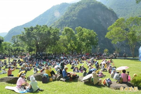 「花蓮好玩卡」裡面共規劃10條旅遊行程及5條國旅卡路線,其中一條遊程民眾可搭乘台灣觀巴到太魯閣進行半日遊。(記者王峻祺攝)