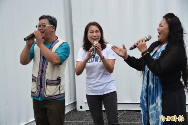 「勇敢改變」競選歌曲發表會現場,劉曉玫還與相識多年的原住民美聲歌手、麻海師等人一起合唱,不常在鏡頭前公開獻唱的她,臉上雖帶點羞澀,但卻相當投入、深情款款。(記者王峻祺攝)