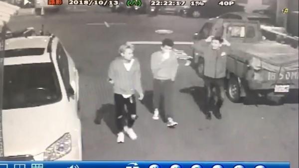 監視器拍下越南籍黎男等3人酒後在巷內喧嘩。(記者曾健銘翻攝)