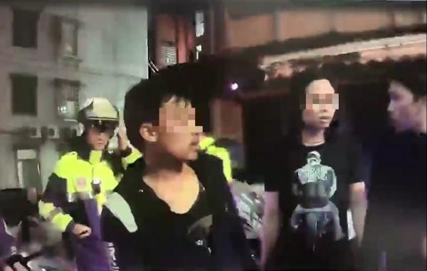 警方獲報趕抵現場,幸運躲避攻擊的印尼籍男子向警方說明案發經過。(記者曾健銘翻攝)