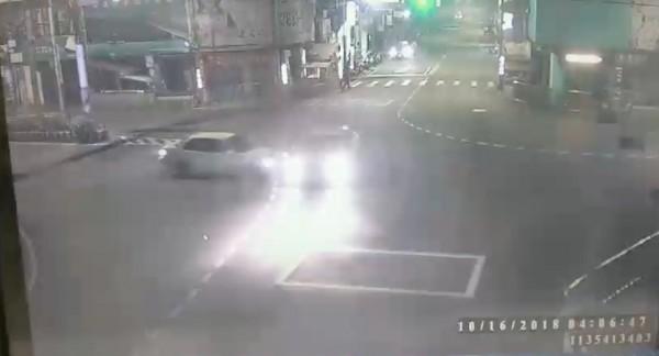 藍男駕駛白色轎車自永和路二段往中正橋方向行駛,疑似遇到紅燈不停,撞上自文化路往竹林路方向綠燈直行的廖男開的計程車。(記者陳薏云翻攝)