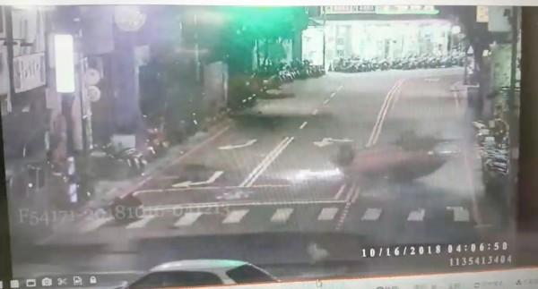 藍男駕駛白色轎車自永和路二段往中正橋方向行駛,疑似遇到紅燈不停,撞上自文化路往竹林路方向綠燈直行的廖男開的計程車,計程車噴飛。(記者陳薏云翻攝)