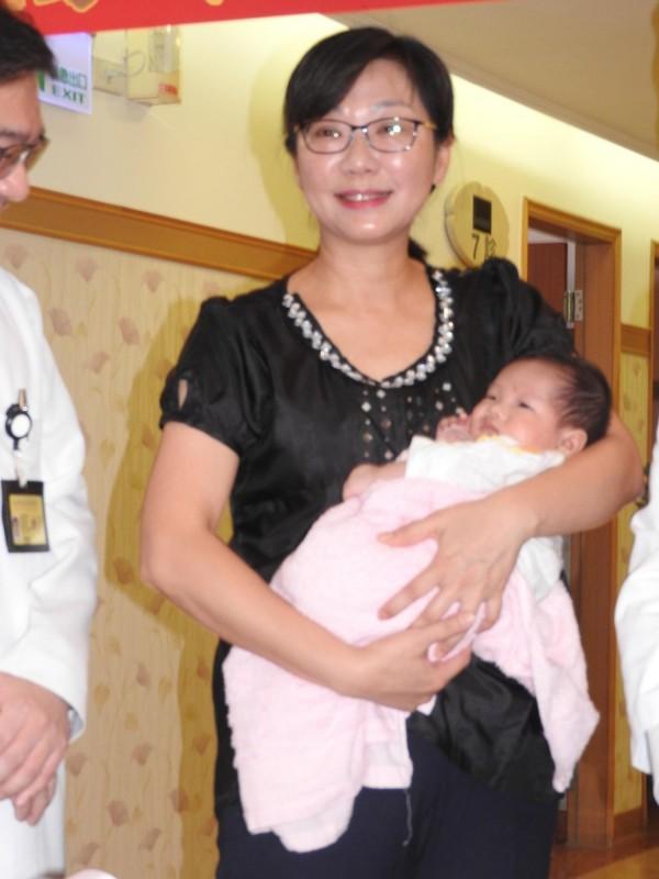 剛滿月的小貝比「小旺旺」安靜在媽媽懷裡,可愛的模樣,人見人愛。(記者方志賢攝)
