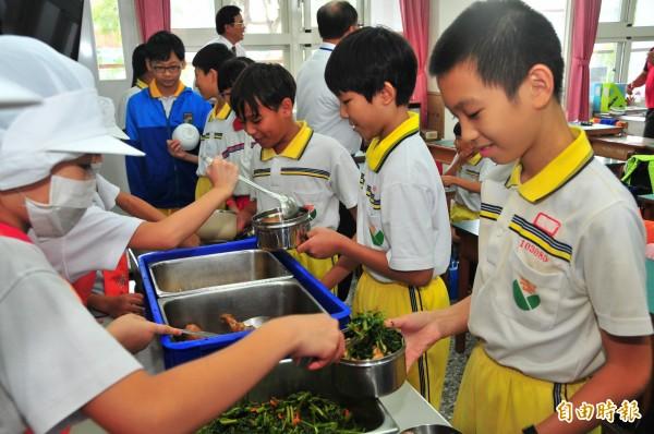 花蓮營養午餐,國小三菜一湯,週二的青菜是空心菜,家長覺得青菜與湯品口味稍嫌清淡。(記者花孟璟攝)