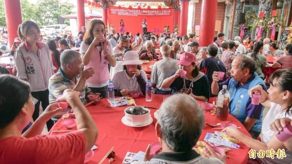 民進黨提名花蓮縣長參選人劉曉玫提「老人醫療照護」政見,將強化照服員功能。(記者王峻祺攝)