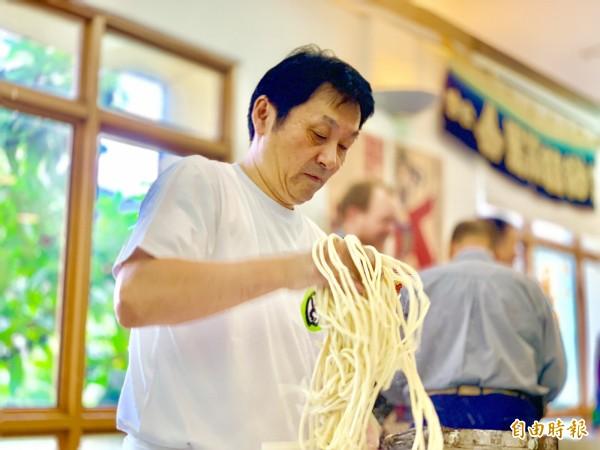 琴平町觀光物產展請到當地享有盛名的「狸屋」烏龍麵店師傅,示範如何製作該店招牌「金比羅烏龍麵」。(記者林欣漢攝)