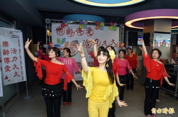 樂齡活力音律班的辣媽學員,優雅柔美的敦煌舞蹈,為「樂齡傳愛 活力九九」重陽活動揭開序幕。(記者張忠義攝)