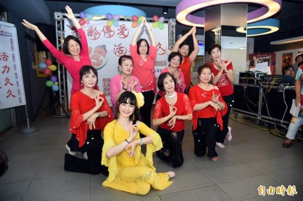 活力音律班學員帶來風格獨具、優雅柔美的敦煌舞蹈,讓長輩拍手鼓掌叫好。(記者張忠義攝)