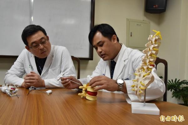 北港媽祖醫院副院長馮逸卿(左)與骨科醫師羅元舜說明微創椎體氣球撐開術及椎體成形術。(記者黃淑莉攝)