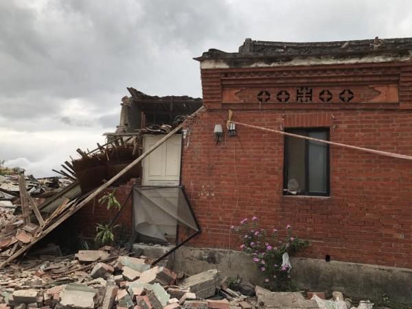 台北市文化局初步判斷右廂房破損嚴重,出現瓦片破裂、磚牆傾倒,後續還要研究如何修復。(郭琬琤提供)