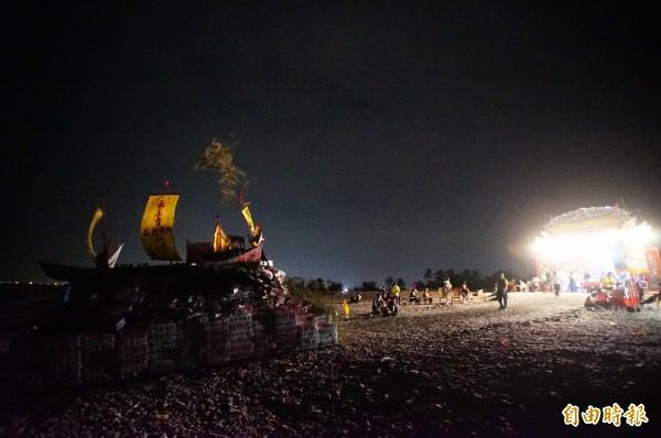 枋寮隆山宮迎王平安祭典,今晚在海灘燒化王船,恭送王爺返回天庭。(記者陳彥廷攝)