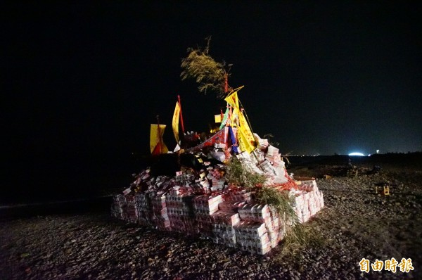 枋寮隆山宮迎王平安祭典,今晚燒化長度12尺2的紙紮王船。(記者陳彥廷攝)