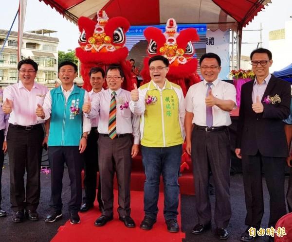台水董事長郭俊銘(右四)今掛保證表示,高雄2年後不缺水。(記者陳文嬋攝)