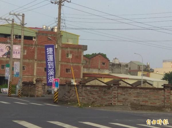 南彰化捷運宣傳旗,彰化縣長參選人王惠美承認是其支持者插旗。(記者張聰秋攝)