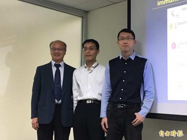 中研院生醫所研究員謝清河(左)、博士後研究員陳泓志(中)、研究助理湯文宏(右)發表最新研究。(記者楊綿傑攝)