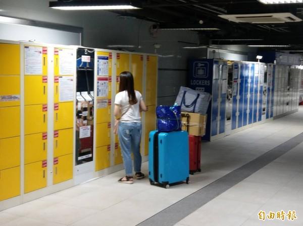台北車站地下一樓東北區置物櫃沒電無法使用,旅客若已寄放行李要領取,需找尋服務人員幫忙開鎖。(記者鄭瑋奇攝)
