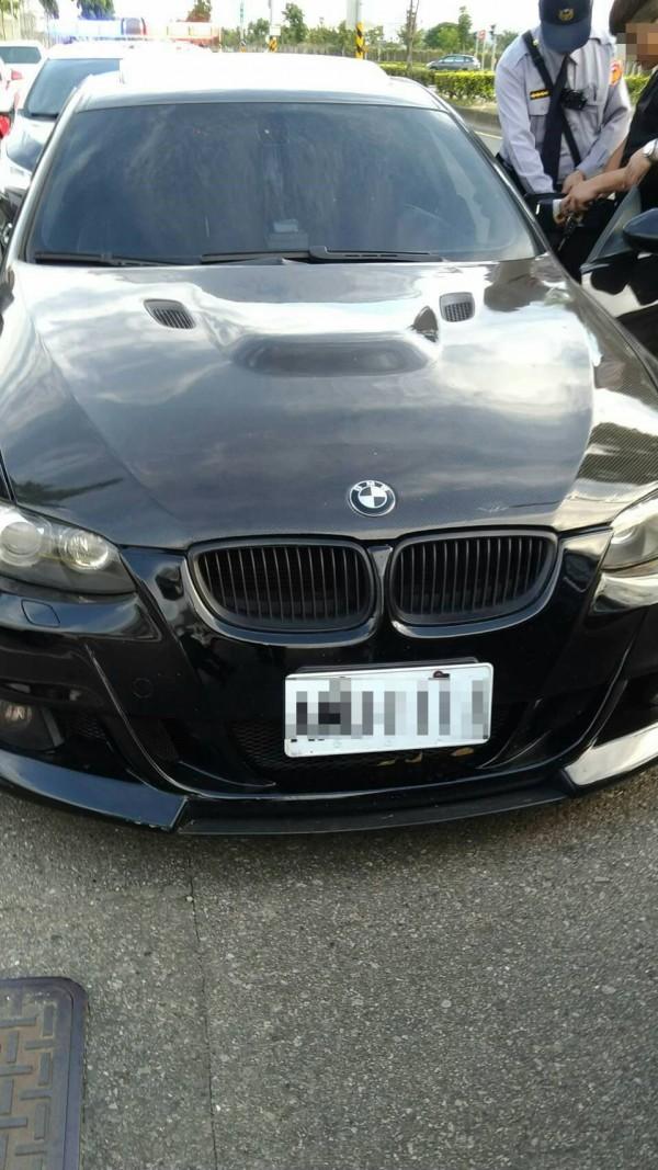 警方攔查黑色BMW自小客。(記者許國楨翻攝)