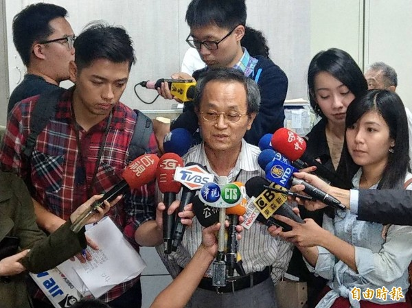 台鐵局電訊中心主任呂理課說,預計晚間12點全面恢復供電。(記者鄭瑋奇攝)