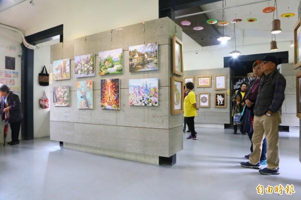 平溪長輩們一幅幅美麗動人的作品,即日起在平溪區菁桐礦業生活館展出至11月16日止。(記者林欣漢攝)