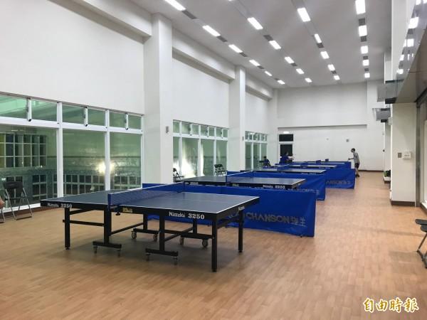 國民運動中心桌球室每小時收費95元,但場地遭球友批評不專業。(記者林敬倫攝)