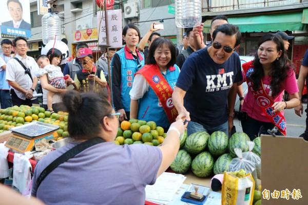 前總統馬英九今天下午陪同台南市議員候選人林燕祝,在永康永強黃昏市場掃街拜票。(記者萬于甄攝)