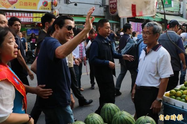前總統馬英九到永康區永強黃昏市場掃街助選,與攤販、民眾揮手寒喧。(記者萬于甄攝)