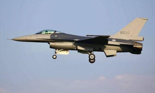 空軍首架編號6626的F-16戰機,完成性能提升為F-16V型後,昨天由美方交付空軍,並平安飛返嘉義基地。(讀者蔣冠倫提供)